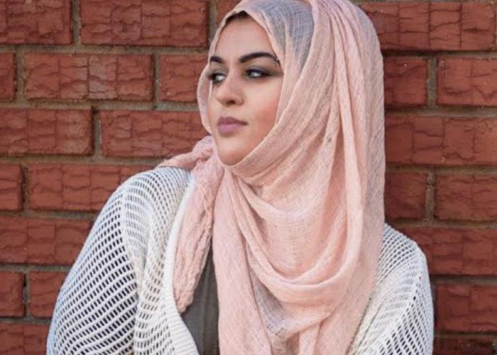 Amani Al-Khatahtbeh, discriminée et contrainte de retirer son foulard à l'aéroport de Nice